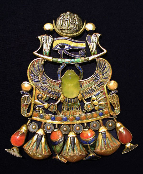 Tutankhamun pendant with Wadjet with Libyan glass scarab