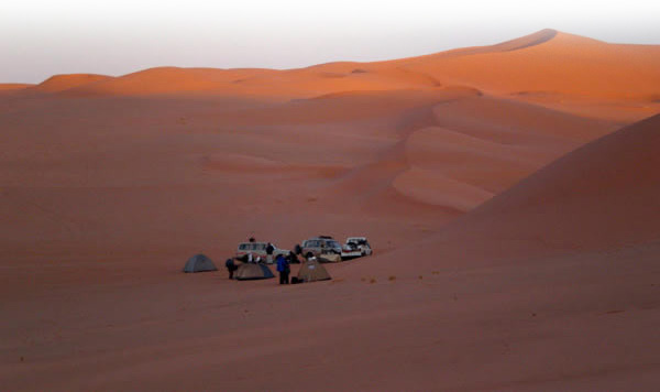 camping between edhan murzuq sand dunes