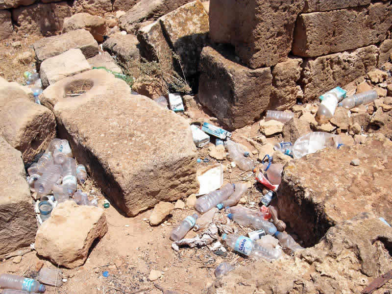 plastic litter in archaeological sites left by tourists