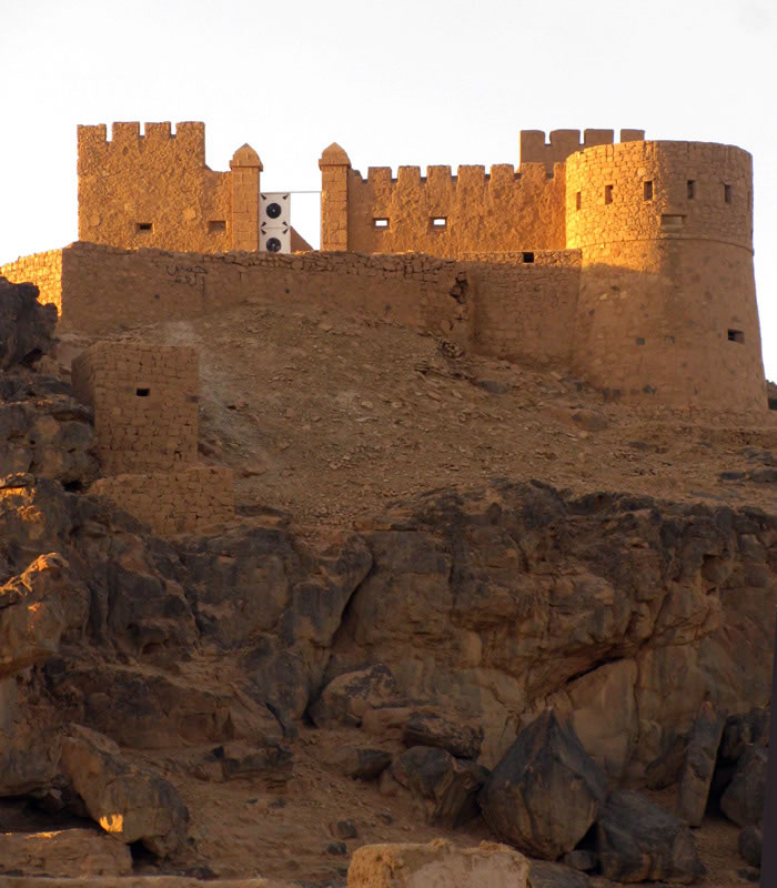 the old city og Ghat: a castle at the top of a mountain