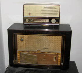 vintage radio with the usual gold lines and dark brown boxes