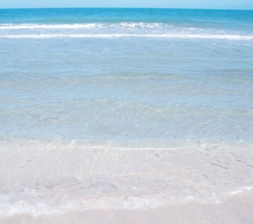 Farwa sand beach: clear sand and sparkling water.